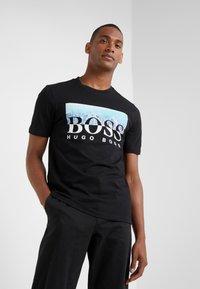 BOSS - TREK  - Print T-shirt - black - 0