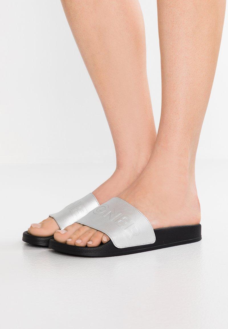 Bogner - BELIZE LADY - Pantolette flach - silver