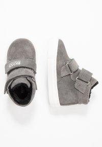 BOSS Kidswear - TURNSCHUHE - Zapatos de bebé - mittelgrau - 0