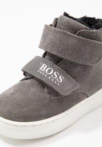 BOSS Kidswear - TURNSCHUHE - Zapatos de bebé - mittelgrau - 2