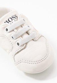 BOSS Kidswear - TRAINERS - Spedbarnsko - white - 2