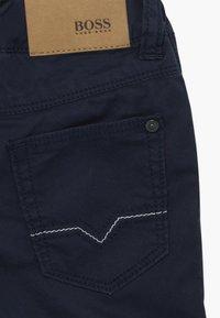 BOSS Kidswear - BERMUDA  - Kraťasy - bleu cargo - 3