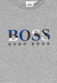 BOSS Kidswear - SHORT SLEEVES TEE - T-shirt print - chine grey - 3