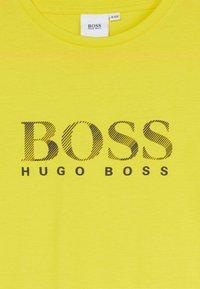 BOSS Kidswear - T-shirt imprimé - yellow - 2