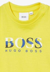 BOSS Kidswear - SLEEVES  - T-Shirt print - pollen - 3