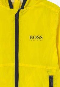 BOSS Kidswear - WINDBREAKER - Chaqueta de entretiempo - yellow - 4
