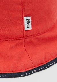 BOSS Kidswear - REVERSIBLE BUCKET HAT - Hat - red - 2
