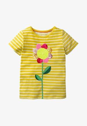 MIT FARBWECHSELNDEN PAILLETTEN - Print T-shirt - yellow