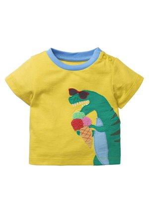 MIT FRÖHLICHER APPLIKATION - Print T-shirt - maisgelb, dinosaurier