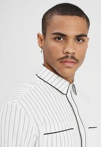 boohoo MAN - LONG SLEEVE STRIPE WITH PIPING - Camicia - white - 3