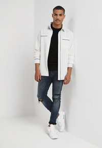 boohoo MAN - LONG SLEEVE STRIPE WITH PIPING - Camicia - white - 1