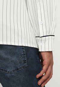 boohoo MAN - LONG SLEEVE STRIPE WITH PIPING - Camicia - white - 5