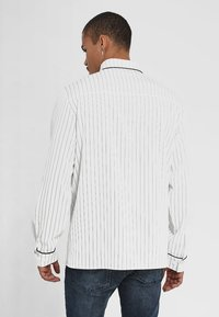 boohoo MAN - LONG SLEEVE STRIPE WITH PIPING - Camicia - white - 2