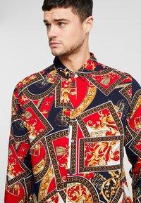 boohoo MAN - BAROQUE CHAIN PRINT LONG SLEEVE SHIRT - Koszula - red - 3