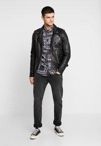 boohoo MAN - BANDANA PRINT LONG SLEEVE SHIRT - Shirt - black - 1