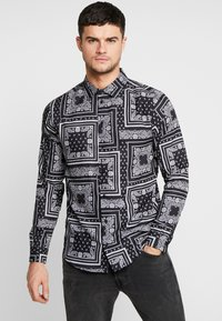 boohoo MAN - BANDANA PRINT LONG SLEEVE SHIRT - Hemd - black - 0