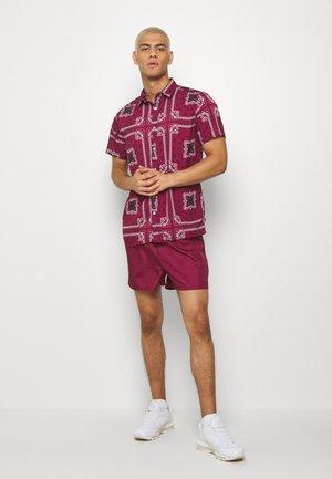 SHORT SLEEVE SHIRT SET IN PRINT - Swimming shorts - burgundy