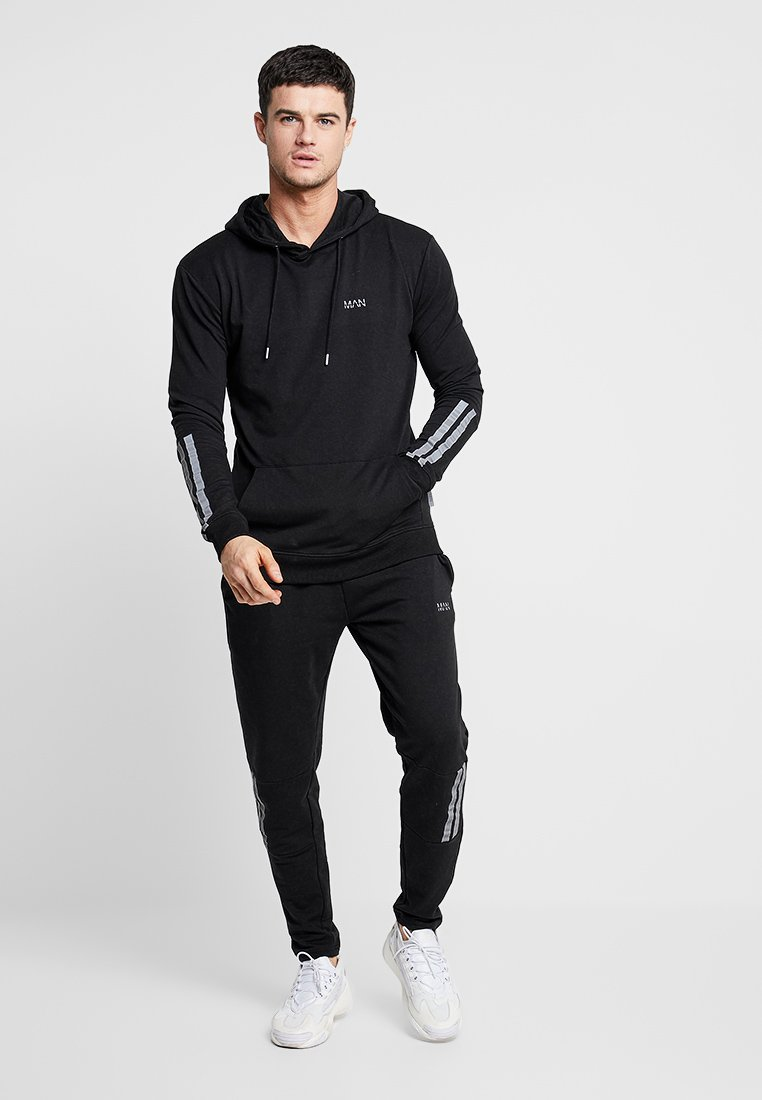 boohoo MAN - MUSCLE FIT HOODED TAPE DETAIL FULL TRACKSUIT - Trainingspak - black