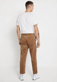 boohoo MAN - JOGGER STYLE TROUSER WITH SIDE PIPING - Pantalones - tan - 2