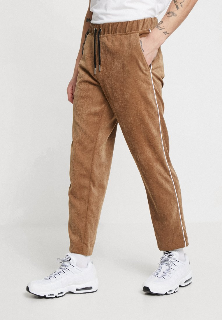 boohoo MAN - JOGGER STYLE TROUSER WITH SIDE PIPING - Stoffhose - tan