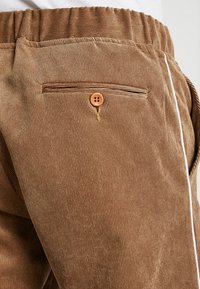boohoo MAN - JOGGER STYLE TROUSER WITH SIDE PIPING - Pantalones - tan - 5