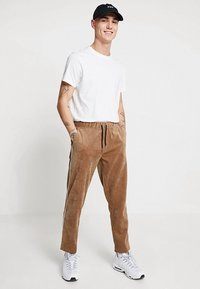 boohoo MAN - JOGGER STYLE TROUSER WITH SIDE PIPING - Pantalones - tan - 1