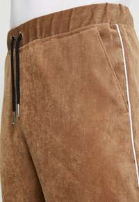 boohoo MAN - JOGGER STYLE TROUSER WITH SIDE PIPING - Pantalones - tan - 3