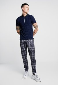 boohoo MAN - CHECK IN TRICOT WITH SIDE TAPING - Kalhoty - grey - 1