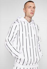 boohoo MAN - STRIPE TRACKSUIT - Bluza z kapturem - white - 8