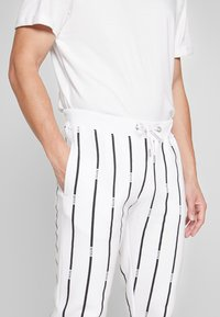 boohoo MAN - STRIPE TRACKSUIT - Bluza z kapturem - white - 6