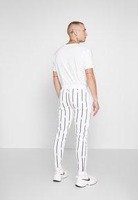 boohoo MAN - STRIPE TRACKSUIT - Bluza z kapturem - white - 5