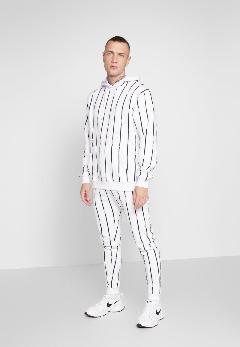 boohoo MAN - STRIPE TRACKSUIT - Bluza z kapturem - white