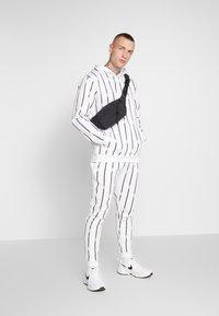 boohoo MAN - STRIPE TRACKSUIT - Bluza z kapturem - white - 1