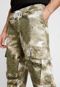 boohoo MAN - BLURRED CAMO TROUSERS WITH ELASTICATED WAIST - Teplákové kalhoty - green - 4