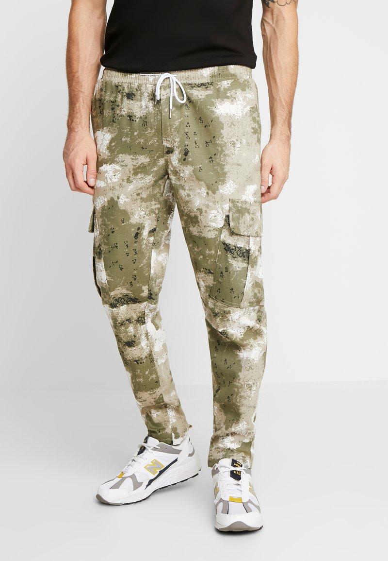 boohoo MAN - BLURRED CAMO TROUSERS WITH ELASTICATED WAIST - Teplákové kalhoty - green
