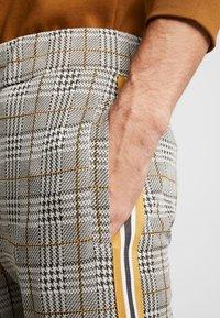boohoo MAN - CHECKED SMART WITH TAPE DETAIL - Pantaloni sportivi - grey - 4