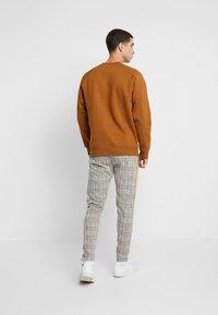 boohoo MAN - CHECKED SMART WITH TAPE DETAIL - Pantaloni sportivi - grey - 2