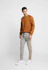 boohoo MAN - CHECKED SMART WITH TAPE DETAIL - Pantaloni sportivi - grey - 1