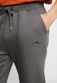 boohoo MAN - Teplákové kalhoty - grey - 4