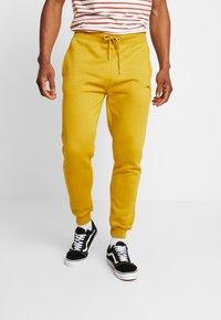 boohoo MAN - Träningsbyxor - mustard - 0