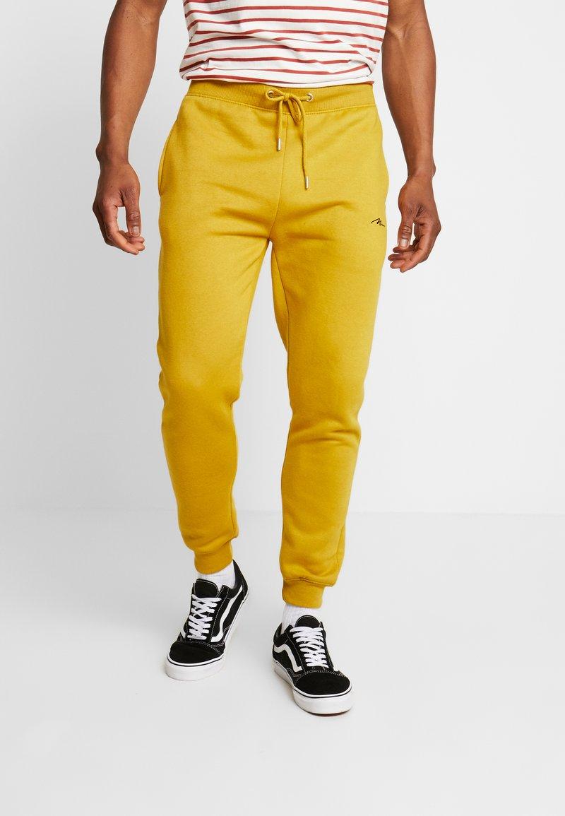 boohoo MAN - Träningsbyxor - mustard