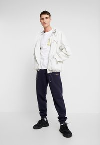 boohoo MAN - Pantaloni sportivi - navy - 1
