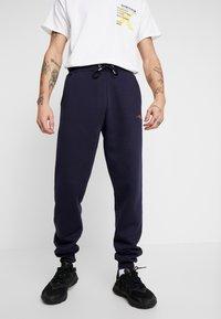 boohoo MAN - Pantaloni sportivi - navy - 0