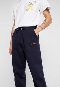 boohoo MAN - Pantaloni sportivi - navy - 4