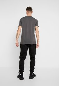 boohoo MAN - Jogginghose - black - 2