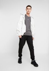 boohoo MAN - Jogginghose - black - 1