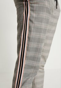 boohoo MAN - CHECK TAPE DETAIL SMART  - Trousers - grey - 4