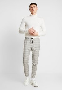 boohoo MAN - CHECK TAPE DETAIL SMART  - Trousers - grey - 1