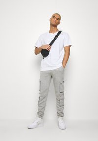 boohoo MAN - OFFICIAL MAN CARGO JOGGER WITH ZIP DETAIL - Teplákové kalhoty - grey marl - 1