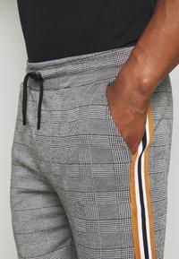 boohoo MAN - CHECKED SMART JOGGER - Pantaloni sportivi - grey - 4